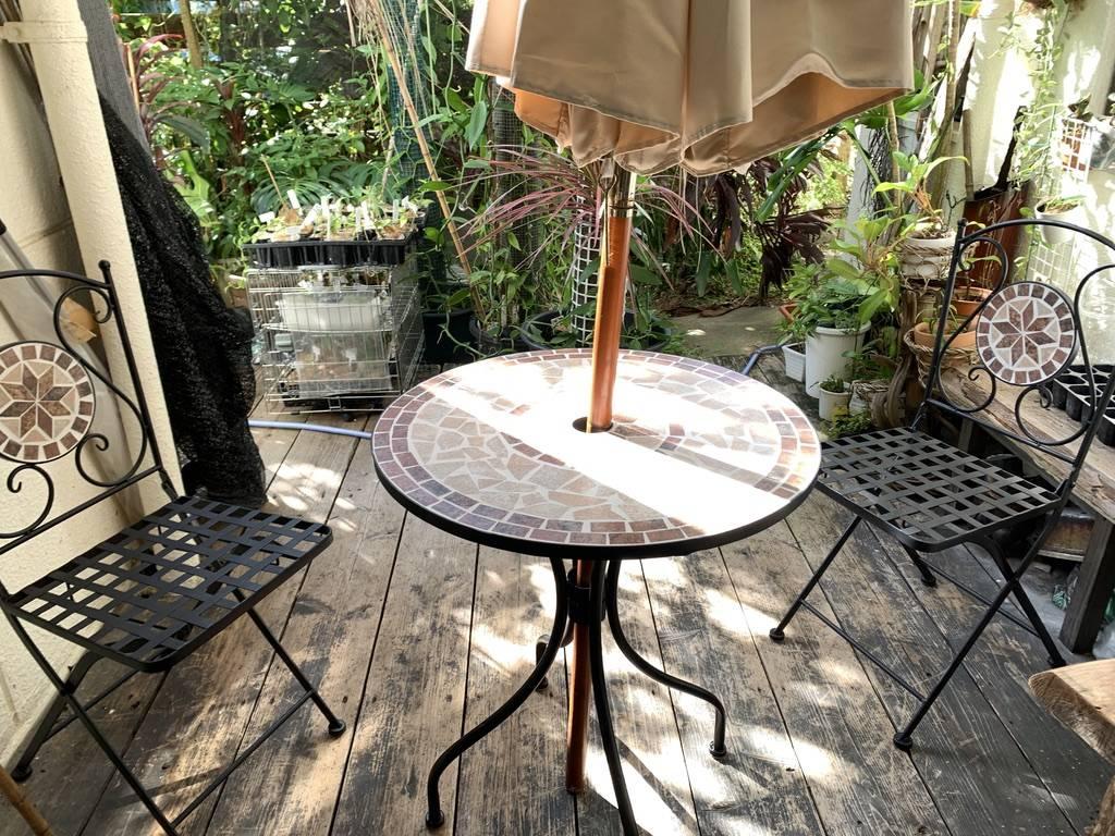 テラスにお洒落なテーブルセット